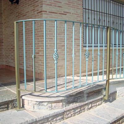 Rampa miniusvalidos con valla de protección.