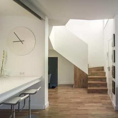 recibidor y escalera de madera
