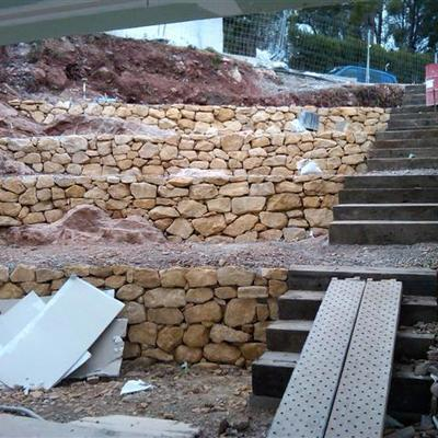 Reconversion de una loma en zona para ajardinar y escalera de acceso