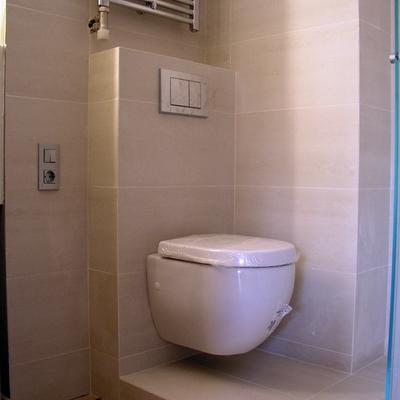 Reforma baño en Barcelona: inodoro suspendido