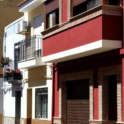 Reforma de fachada rústica entre medianeras en Castellón