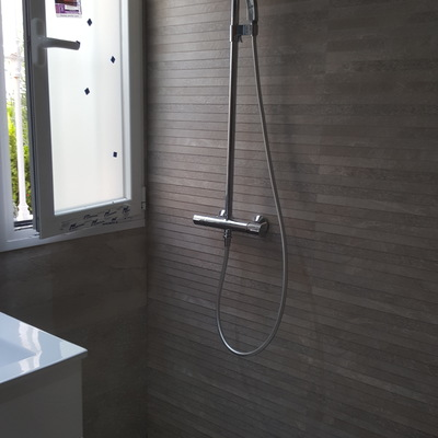 Reforma integral baño donde destaca el cambio de bañera por plato de ducha de obra al ras del suelo