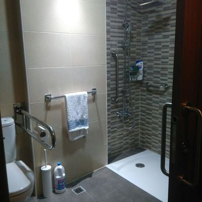 Reforma integral de baño y adaptación para accesibilidad en Pontevedra