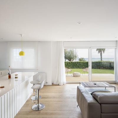 Una casa cálida y abierta al mar