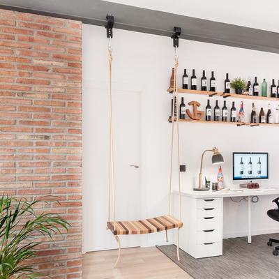 Una oficina en una casa moderna que no desentona
