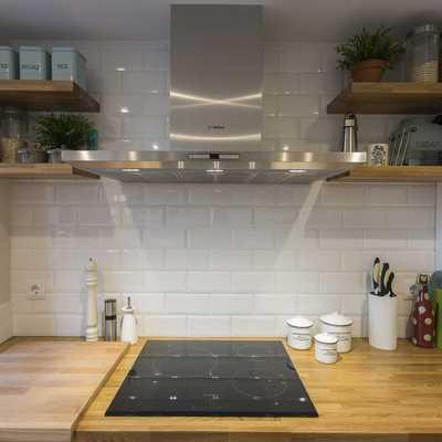 Una vivienda gris con una decoración simple y cuidada