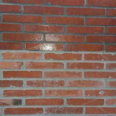 Rehabilitación de una  fachada mediante rejuntado de ladrillo cara vista en Oviedo