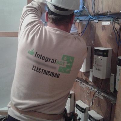Reparar y asegurar contador y cuadro incendiados
