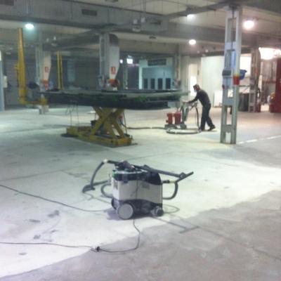 Reparación del pavimento en taller mecánico con resinas de epoxi