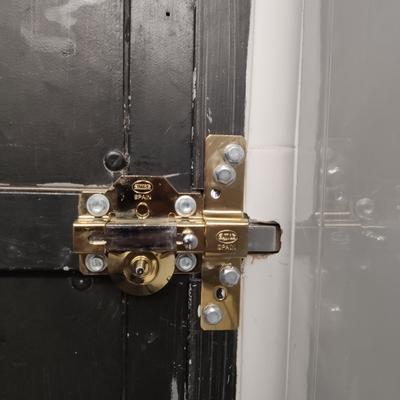 Alta seguridad en puerta metálica de servicio de un prestigioso restaurante de La Manga del Mar Menor