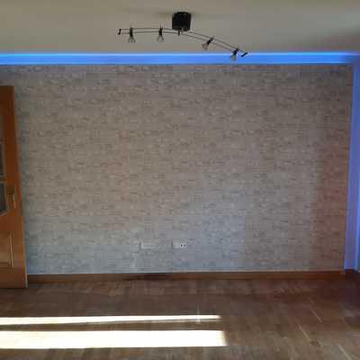 Pintura en dos tonos de piso y decoración con falsa pared elaborada en pladur y luz led