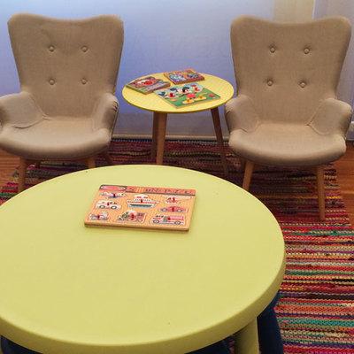 Sala de espera infantil. Butacas para niños.