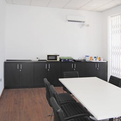 Suelo laminado y mobiliario de oficina