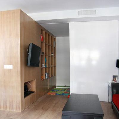 Un piso con pared móvil para controlar los espacios