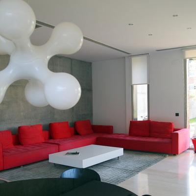 Una casa de estilo moderno con detalles en rojo