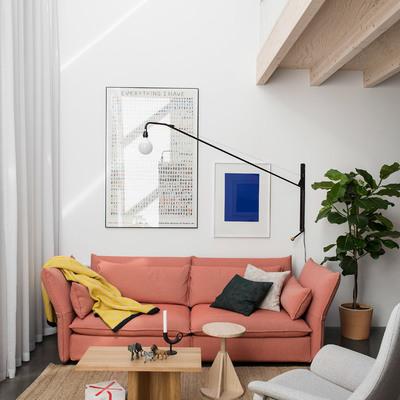 Salón a doble altura con cubierta inclinada