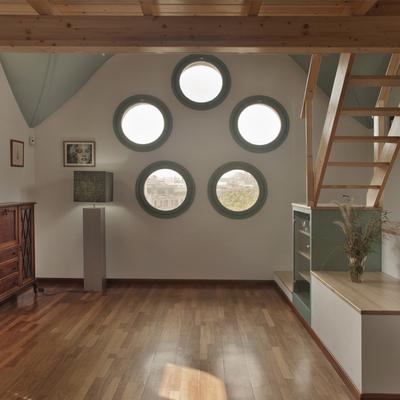 Un altillo en madera para un edificio modernista
