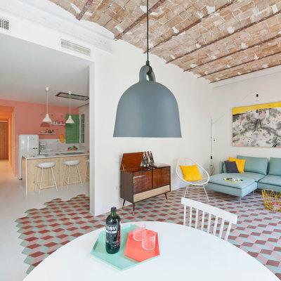 Un apartamento de estilo modernista y lleno de color
