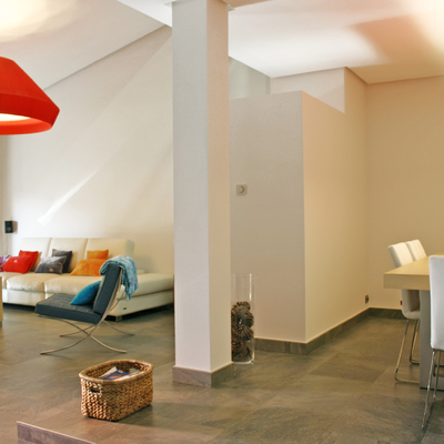 Un vivienda minimalista donde el color lo pone el mobiliario
