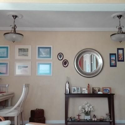 Salón comedor, con arco y molduras de escayola.