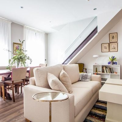 Salón comedor de cocepto abierto en apartamento turístico