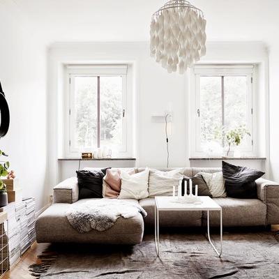 Salón con chaise longue en marrón