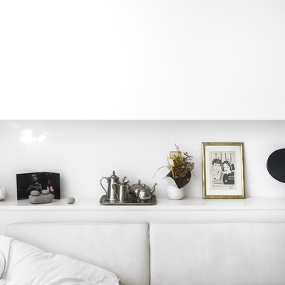 Salón con estantes de pared