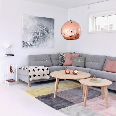 salón con lámpara de cobre