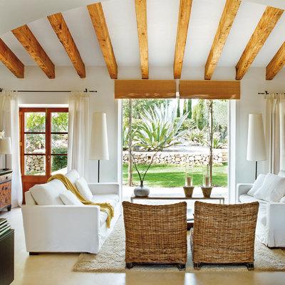 Salón con materiales naturales