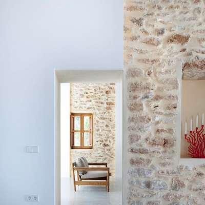 salón con muros de piedra