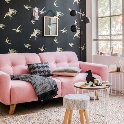 Salón con papel pintado en negro y estampado