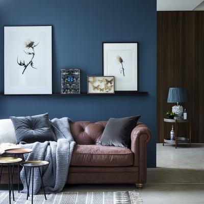 Salón con pared en azul