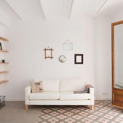 Salón con paredes blancas