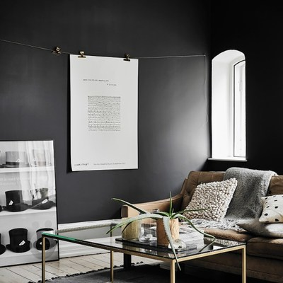 Salón con paredes en negro