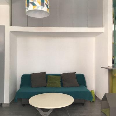 Salón con sofa y armario alto