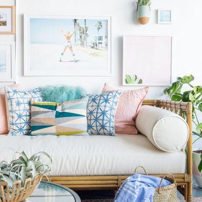 Salón con sofá y textiles en tonos pastel