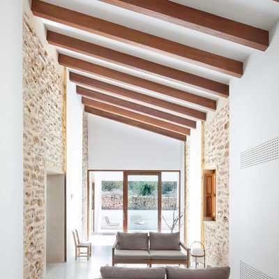 salón con tejado a dos aguas