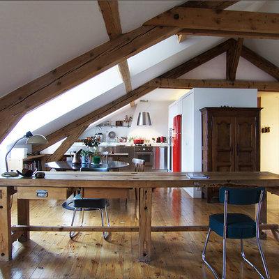 salón con tejado inclinado