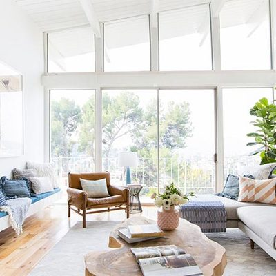 Salón con ventana de suelo a techo
