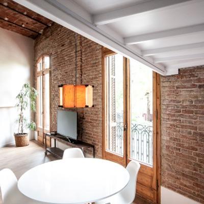 salón con ventanas de madera