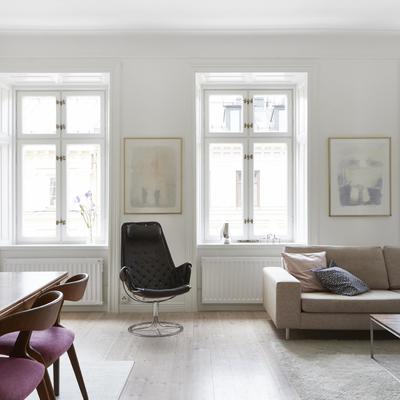 salón  con ventanas de madera  pintada y muebles antiguos reciclados