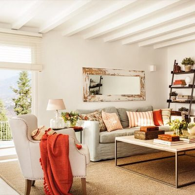 Salón con vigas de madera blancas