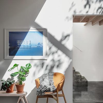 Salón de doble altura con luz cenital