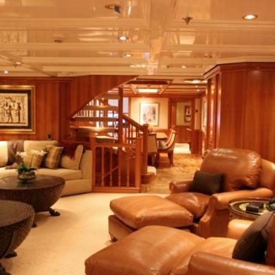 salón decorado con bastante lujo