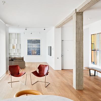 Salón madera y hormigón
