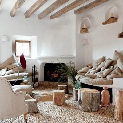 Salón rústico con techos de madera