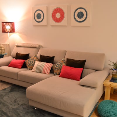 Un salón lleno de estilo y toques de color
