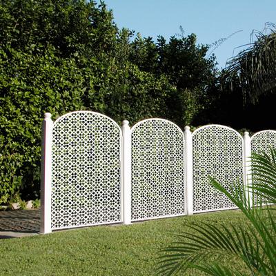 Paneles decorativos de celosías en vallado de jardín