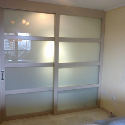 Cerramiento con fijo lateral y puerta corredera lacada color camel con cristal laminar translúcido, Valencia