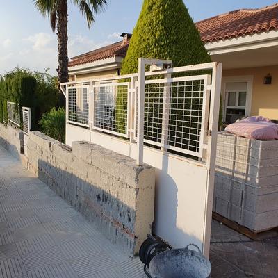Reconstrucción muro cerramiento perimetral en vivienda unifamiliar